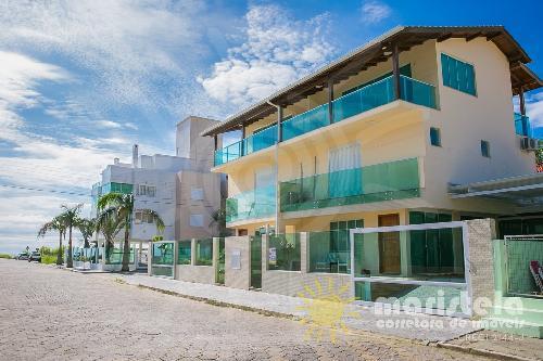 Casa geminada à 70 metros da praia.